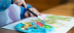 Criança pintando aquarela