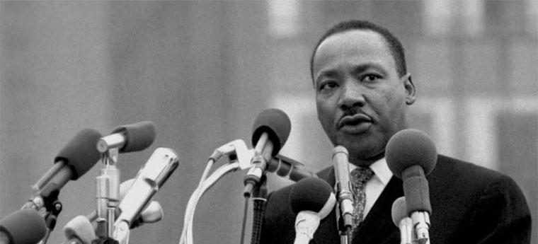Martin Luther King diante de microfones