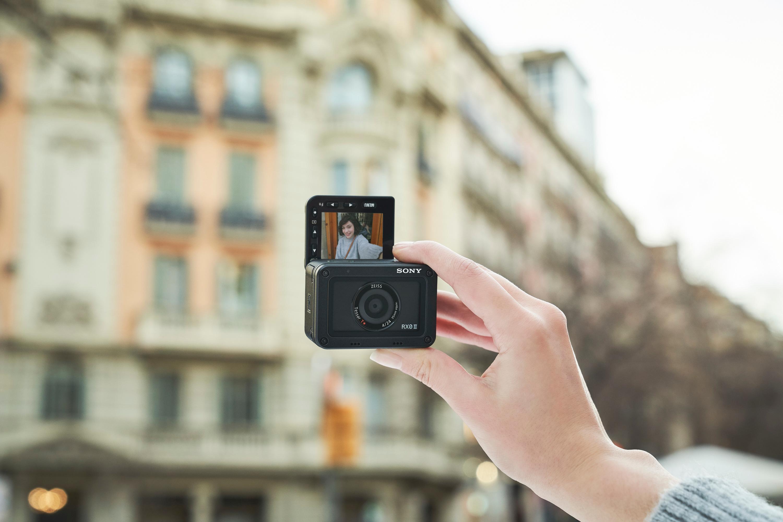 RX0-II_selfie-Large-2