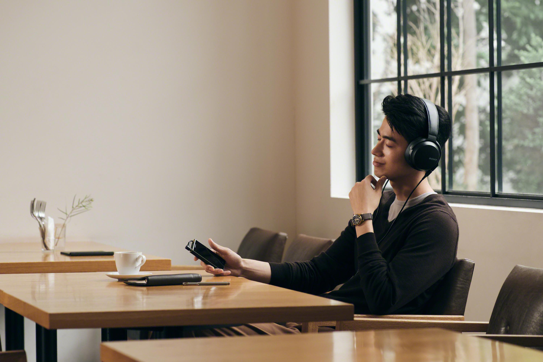 Listening_black_Asia-Large