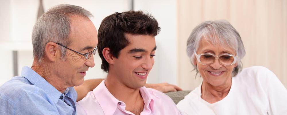 dwóch seniorów i młody człowiek