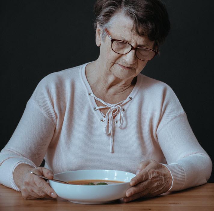 mujer mayor sin apetito