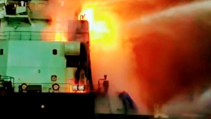 Praticagem São Francisco atraca comboio em chamas