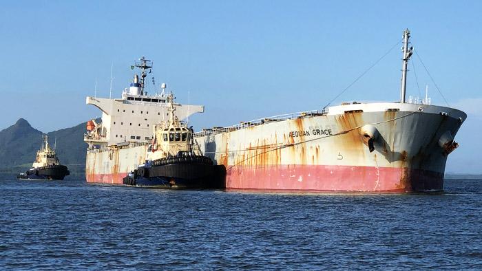 PSF e operação conjunta desencalham Navio Graneleiro.