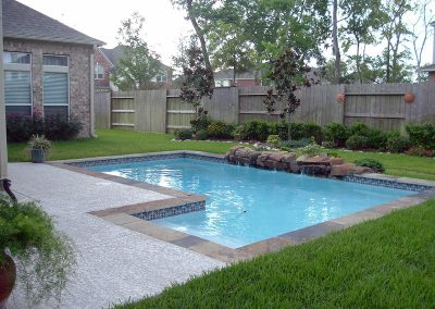 Pool-countersunk-weeping-wall-acrylic-textured-decking
