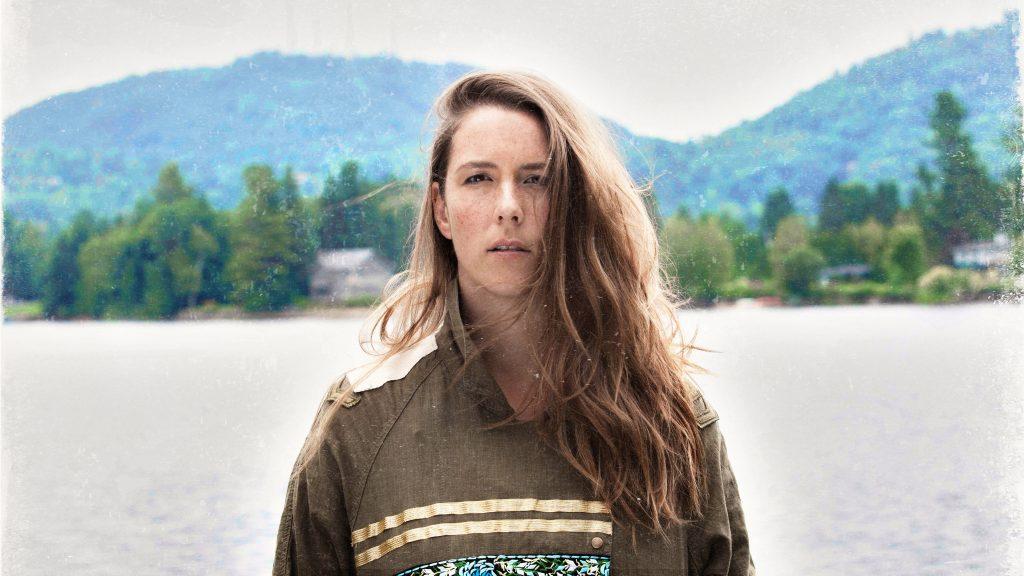 Portrait d'Amélie Beyries devant une montagne.