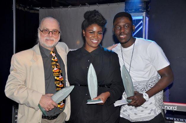 Ronald Tremblay pose avec Karimah et Kasperzick. Ils tiennent tous les trois le trophée qui leur a été remis au 25e Chant'Ouest