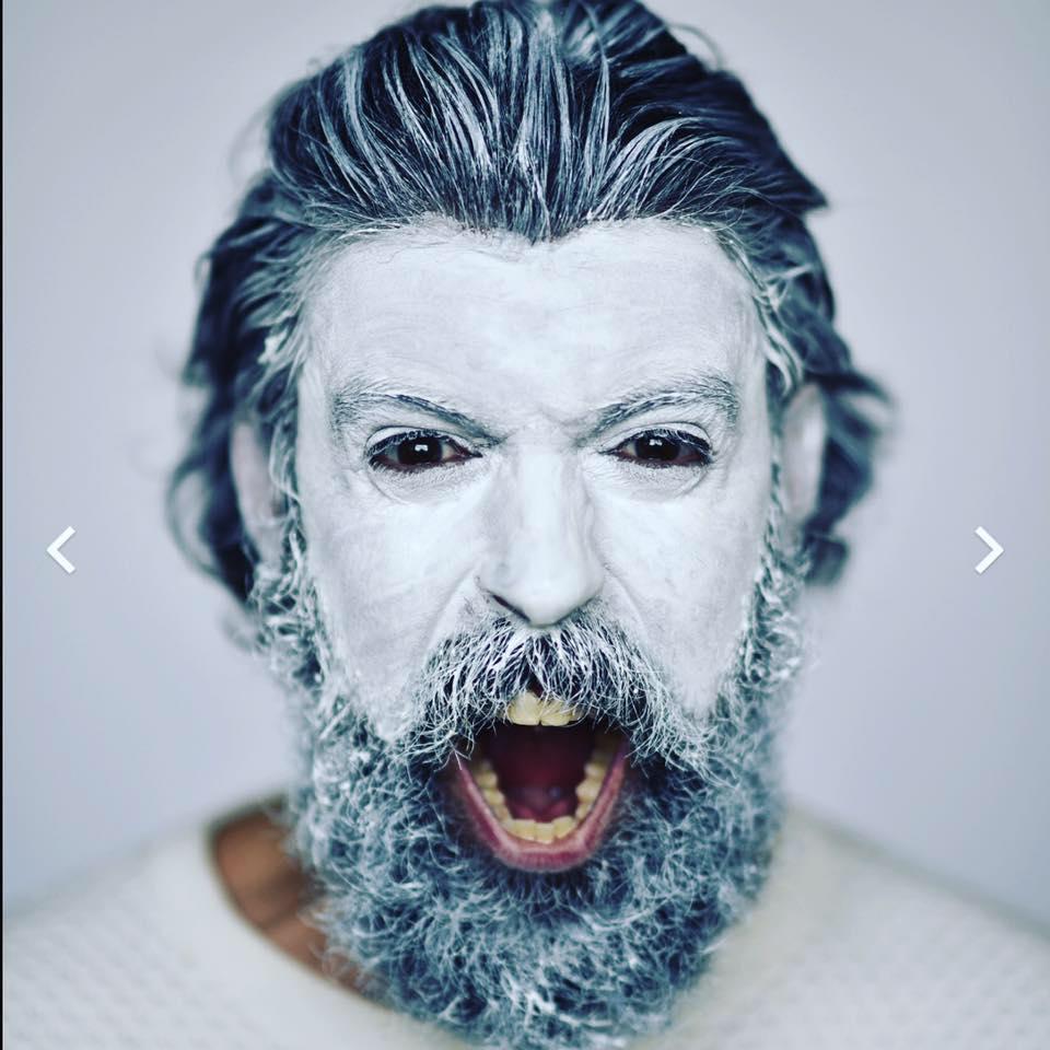 Portrait de Jacques Jacobus, son visage maquillé en blanc, en train de brailler.