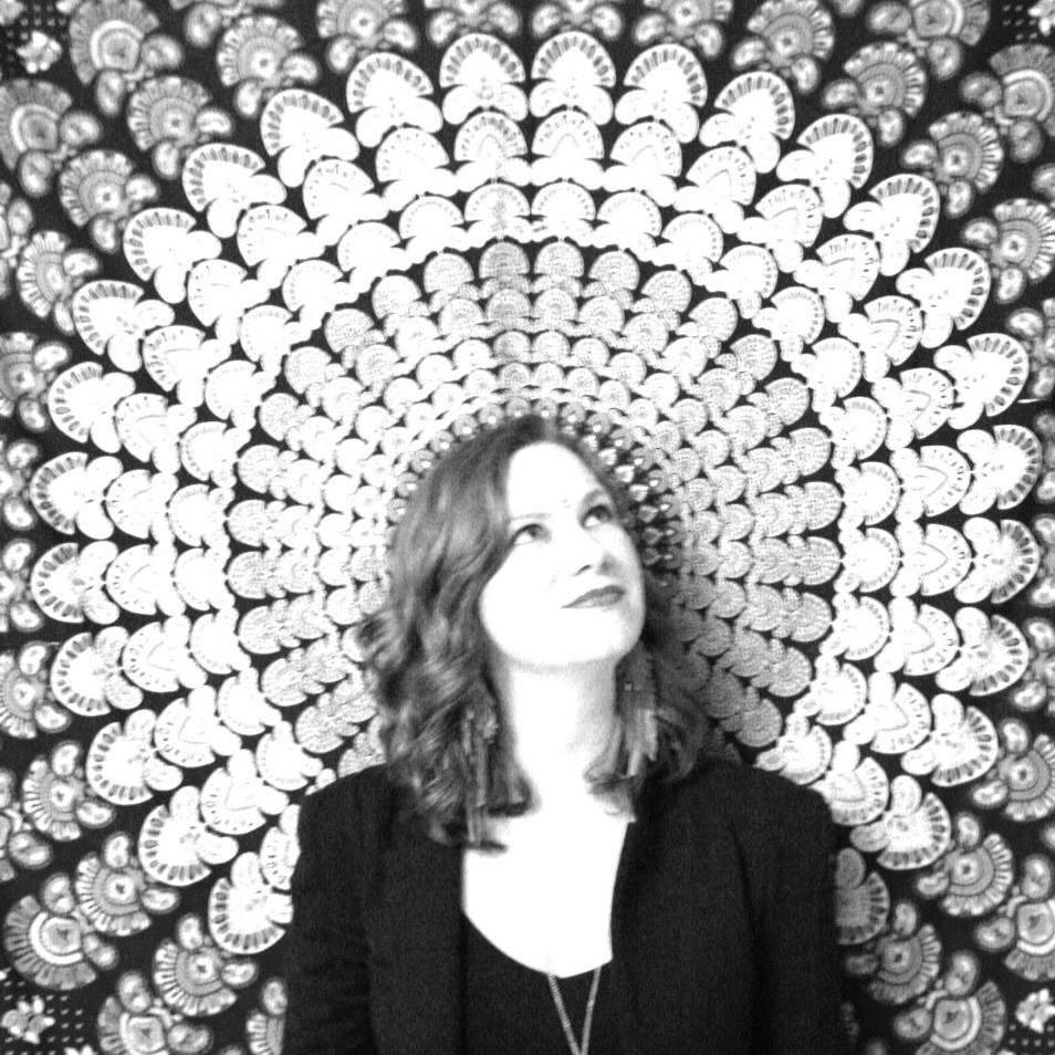 L'auteure-compositrice-interprète acadienne Mary Beth Carty devant une tapisserie regardant par le ciel.