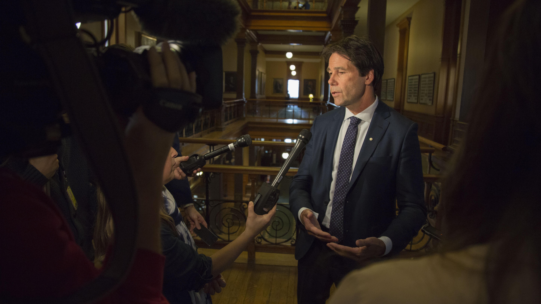Le ministre de la Santé de l'Ontario, Dr. Eric Hoskins.