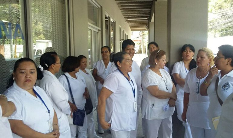 Grupo de enfermeras gritando