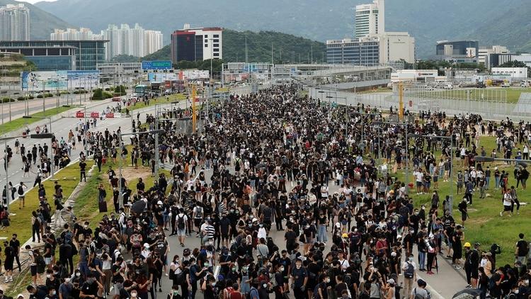 Tensión en Hong Kong: manifestantes cerraron el transporte público del aeropuerto