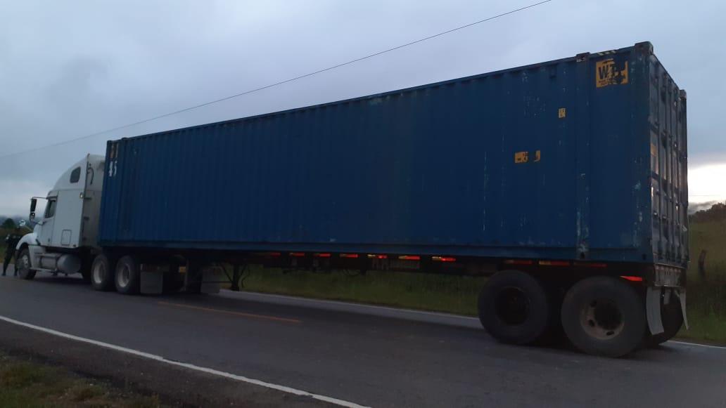 Interceptan furgón con presunta cocaína y conductor se da a la fuga