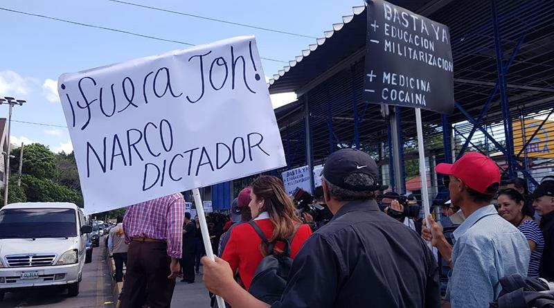 """Opositores fuerzan salida de Hernández; oficialismo responde que """"asaltar"""" el poder sería """"fatal"""""""