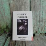 Foto de un libro que se titula Invierno Interior