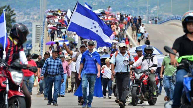 Día de protestas en la capital: una en defensa del presidente Hernández y la otra en su contra