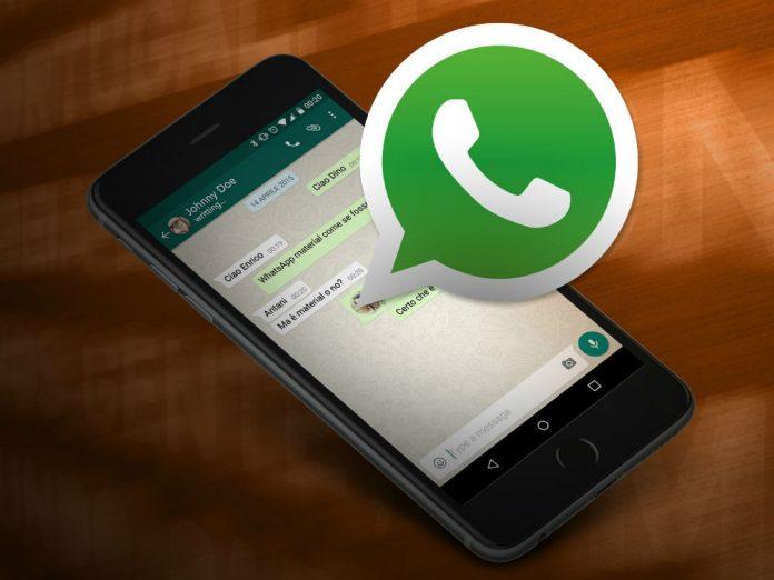 Celular recibiendo mensajes de WhatsApp