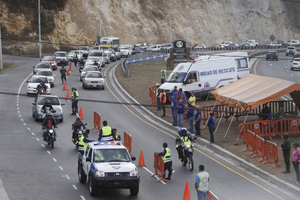 Caravanas en las carreteras brindan retorno seguro de vacacionistas
