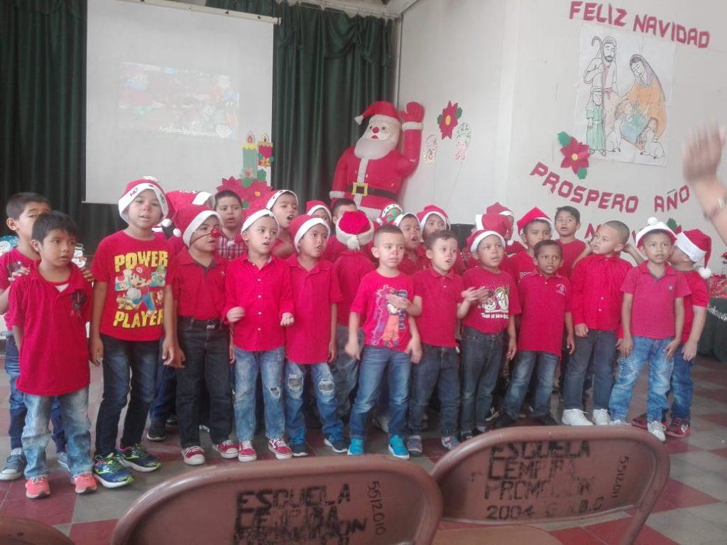 Niños celebran al Navidad