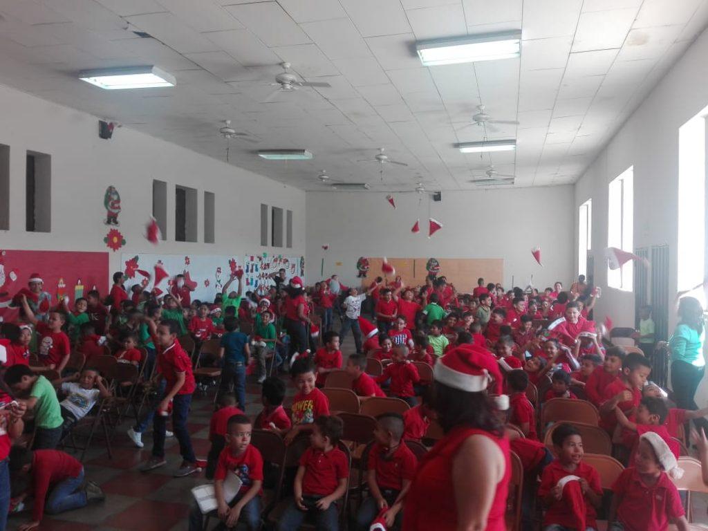 Niños celebran la Navidad