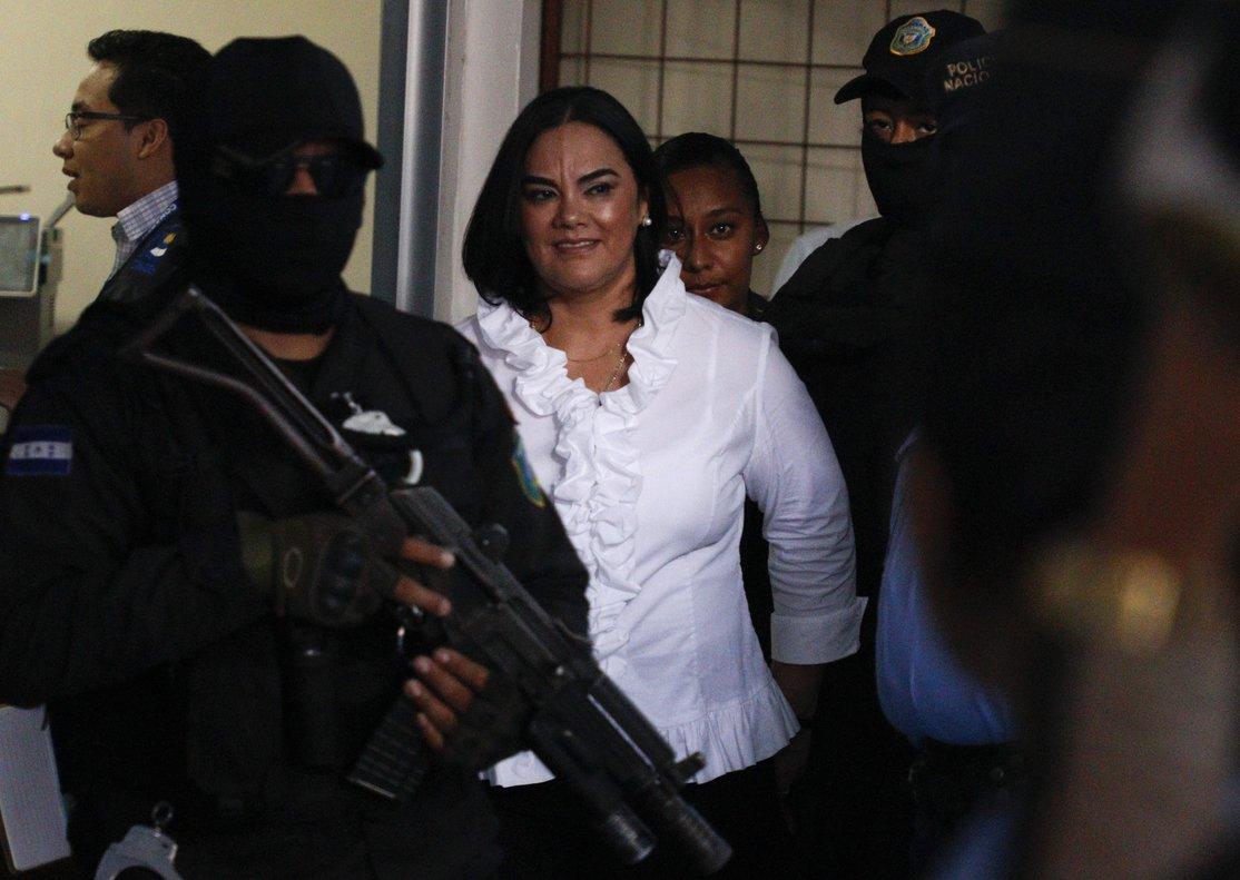 Exprimera dama Rosa Elena de Lobo.