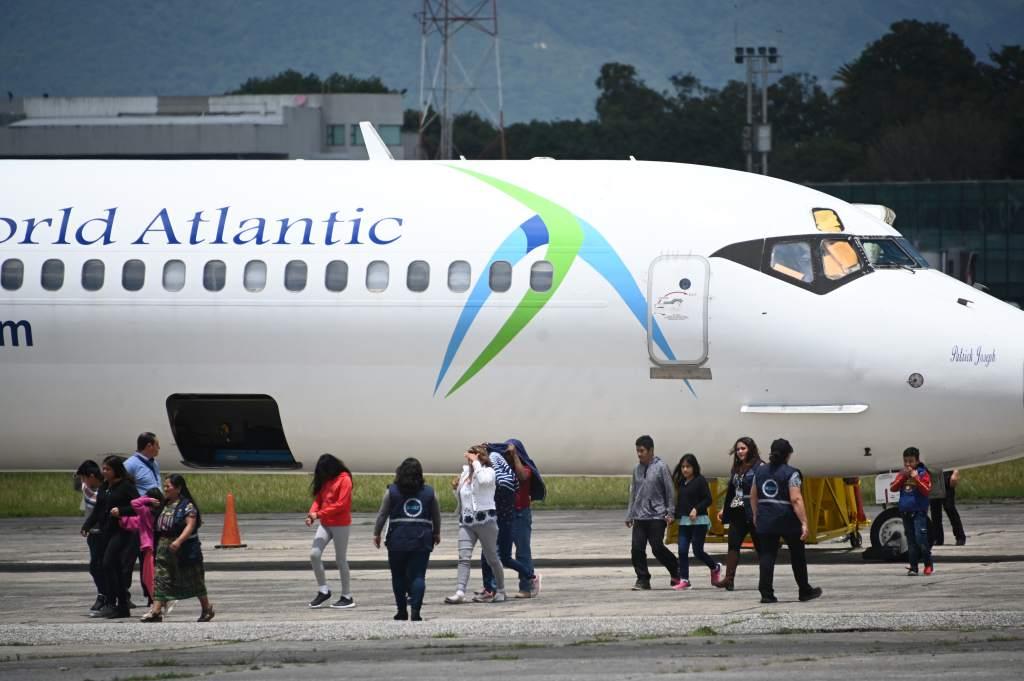 Familias hondureñas deportadas de Estados Unidos son enviadas a Guatemala