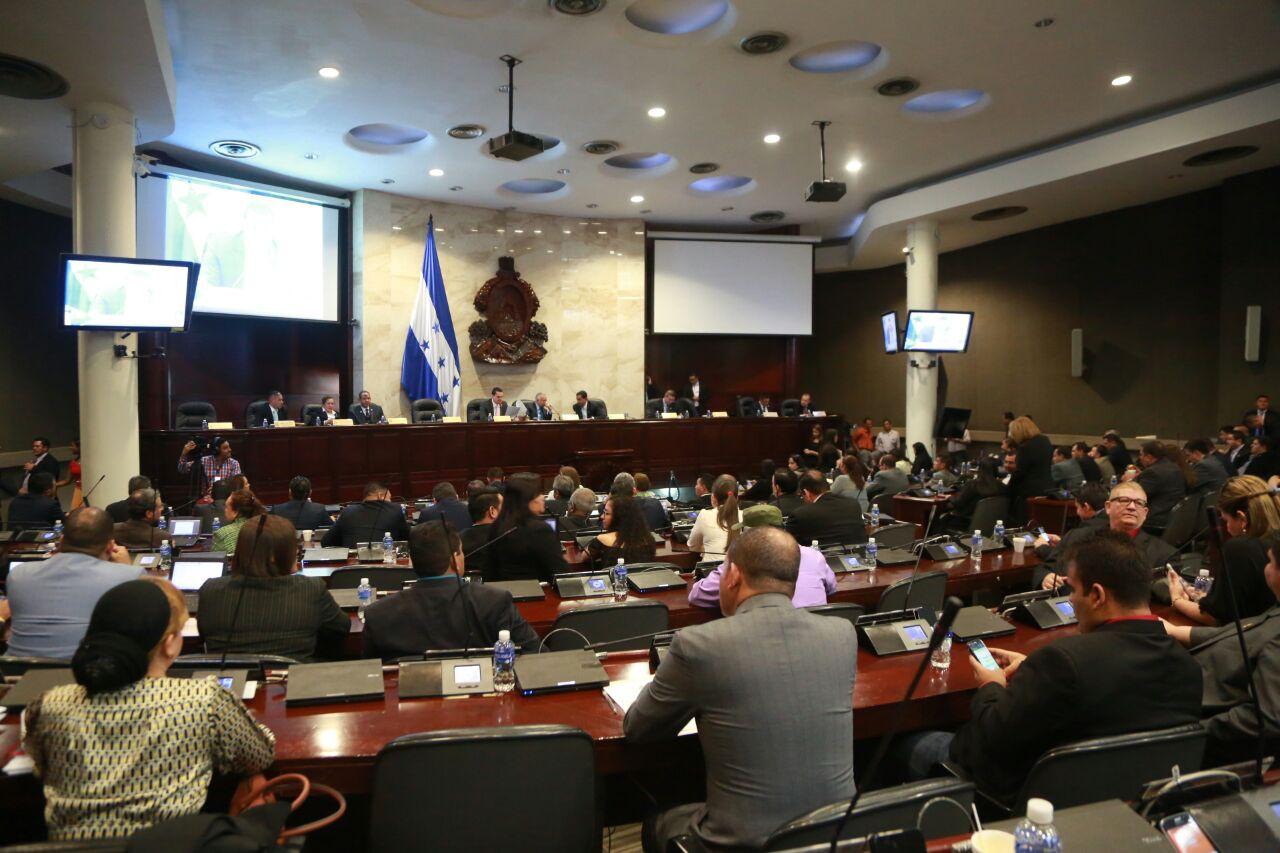 Presidente Oliva le saca en sesión legislativa tarjeta roja a Mauricio Villeda