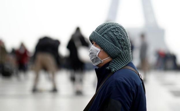 Por ocultar los síntomas del coronavirus, multan con 10,000 dólares a hombre en Taiwán