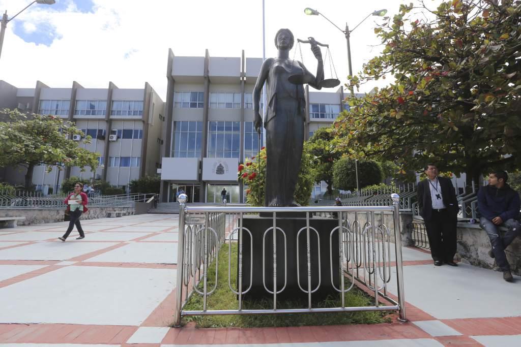 Por 139 delitos de fraude condenan  a funcionaria en caso Contrato-Beca de Salud Pública
