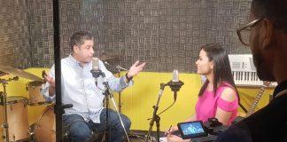Un hombre y una mujer durante una entrevista en un estudio de radio