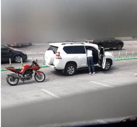 Asalto en lujosa camioneta.