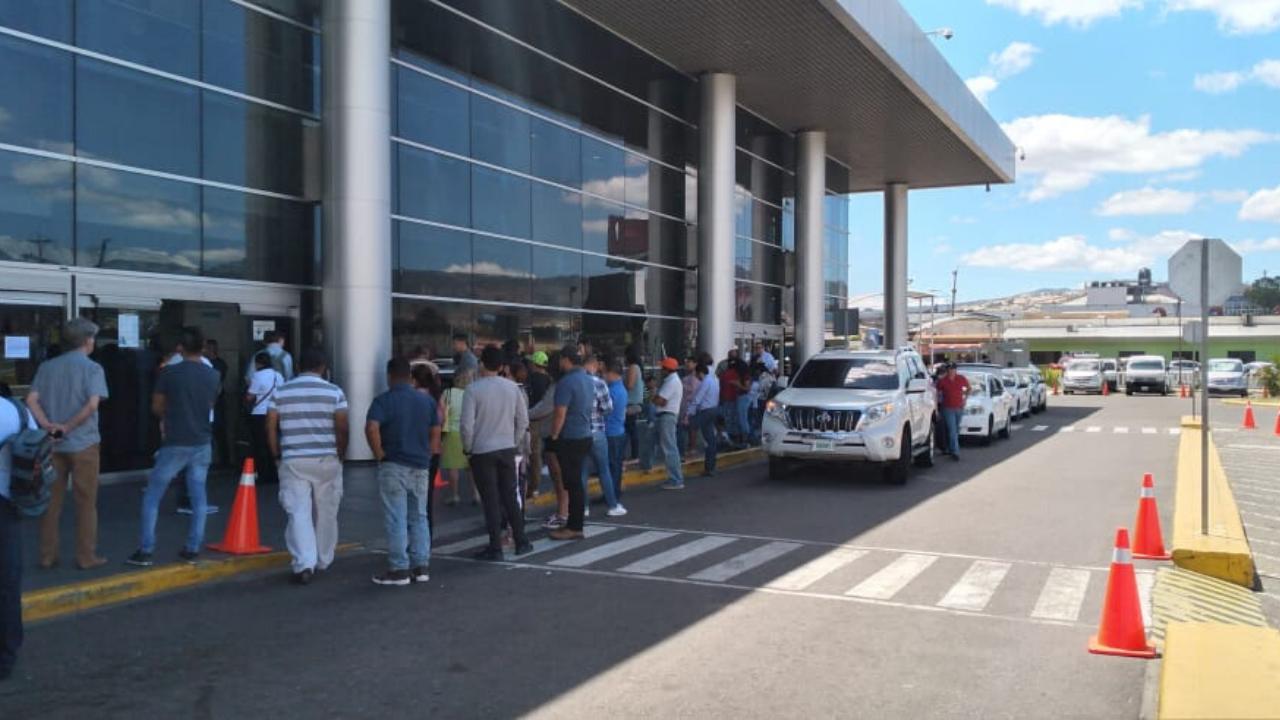Restricciones de acceso en Toncontín causa aglomeraciones en los estacionamientos