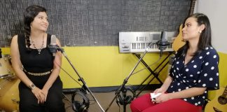 Dos mujeres conversando en una cabina de radio