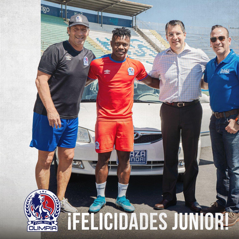 Olimpia obsequió un auto a Júnior Lacayo tras ganar una rifa.