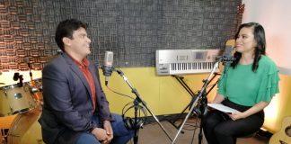 Entrevista en un estudio de radio entre una dama y un caballero
