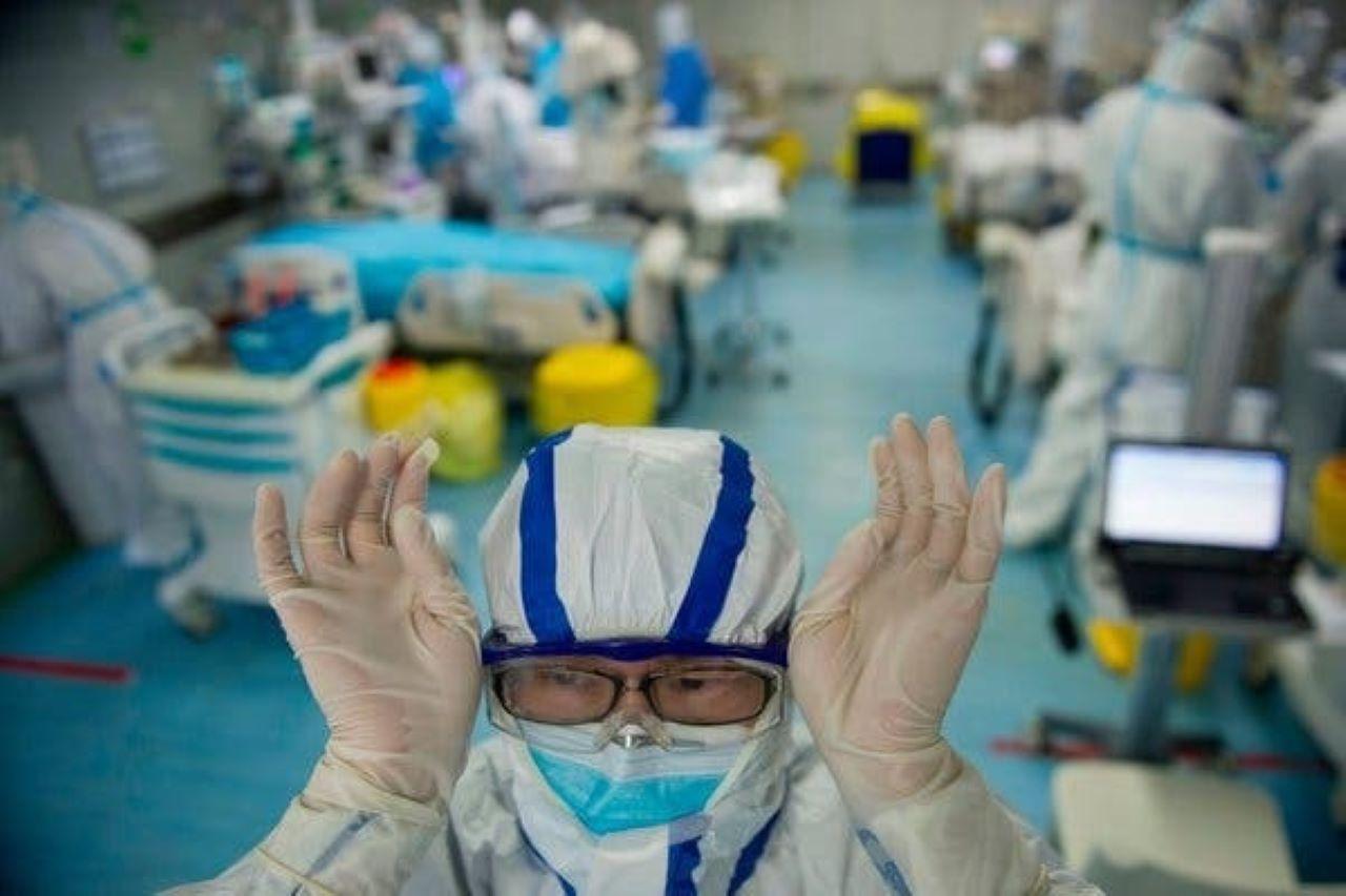 ¿Cuánto tiempo puede sobrevivir el coronavirus en la ropa, en el aire, plástico y cartón?