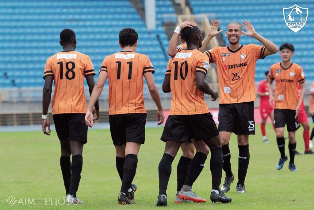 Elías Argueta con la camiseta #11 y Luis Galo con la #25.