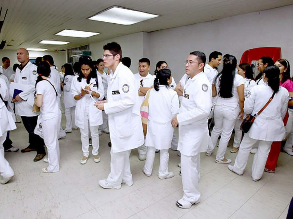 Médicos residentes amenazan con abandonar las salas de atención por la falta de equipo de bioseguridad