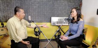 Un hombre y mujer en un estudio de radio conversando
