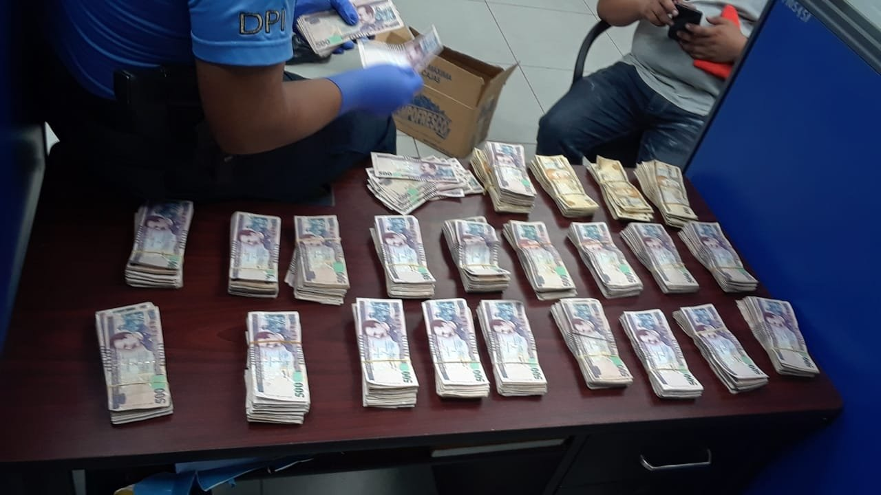Arrestan a hondureños en posesión de más de un millón de lempiras ocultos en cajas de pañales