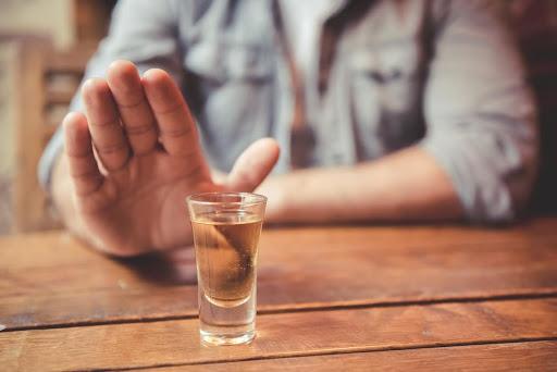 Personas que consumen alcohol están propensas a contraer el coronavirus, según IHADFA