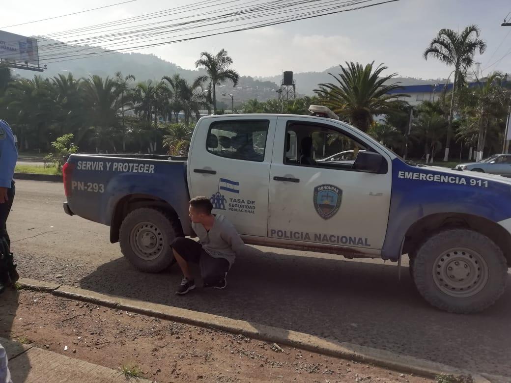 Ladrón se lleva una sorpresa al intentar asaltar a una policía en Tegucigalpa