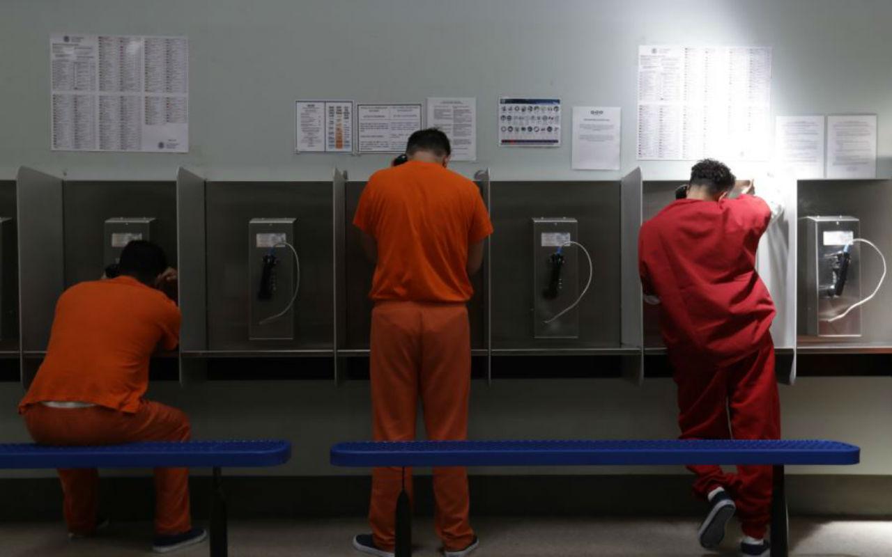 Inmigrantes denuncian extrema fumigación en centros de detención. Foto Conexión Migrante