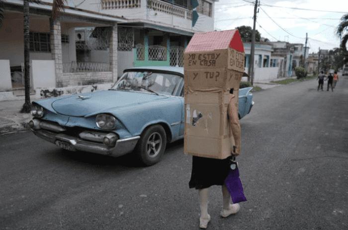 "Con una ""casa"" de cartón, abuelita cubana se protege del coronavirus"