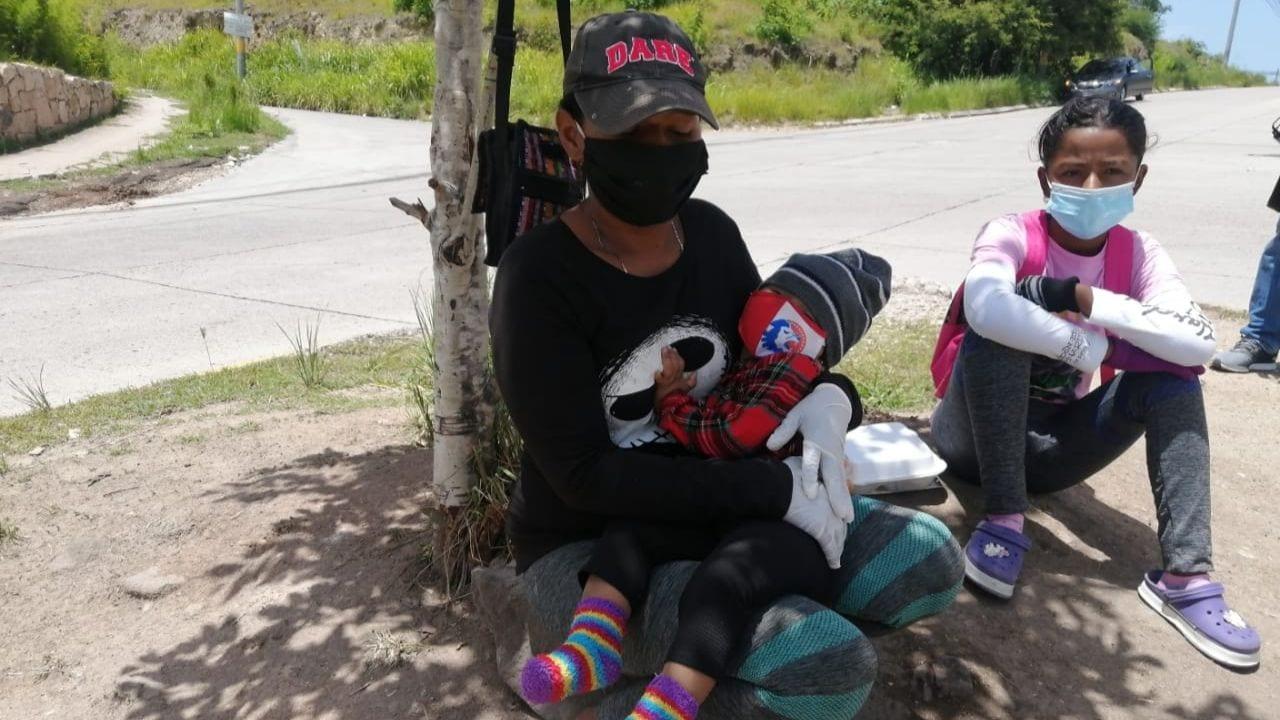 Madre de seis hijos pide limosna para alimentarlos en plena capital en Honduras
