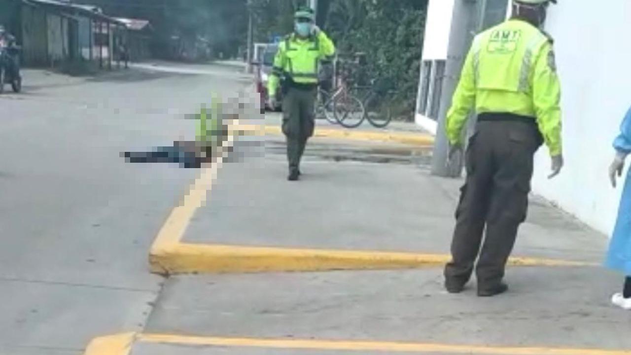 Joven hondureño muere por sospechas de covid-19 en la entrada a un centro asistencial en San Pedro Sula