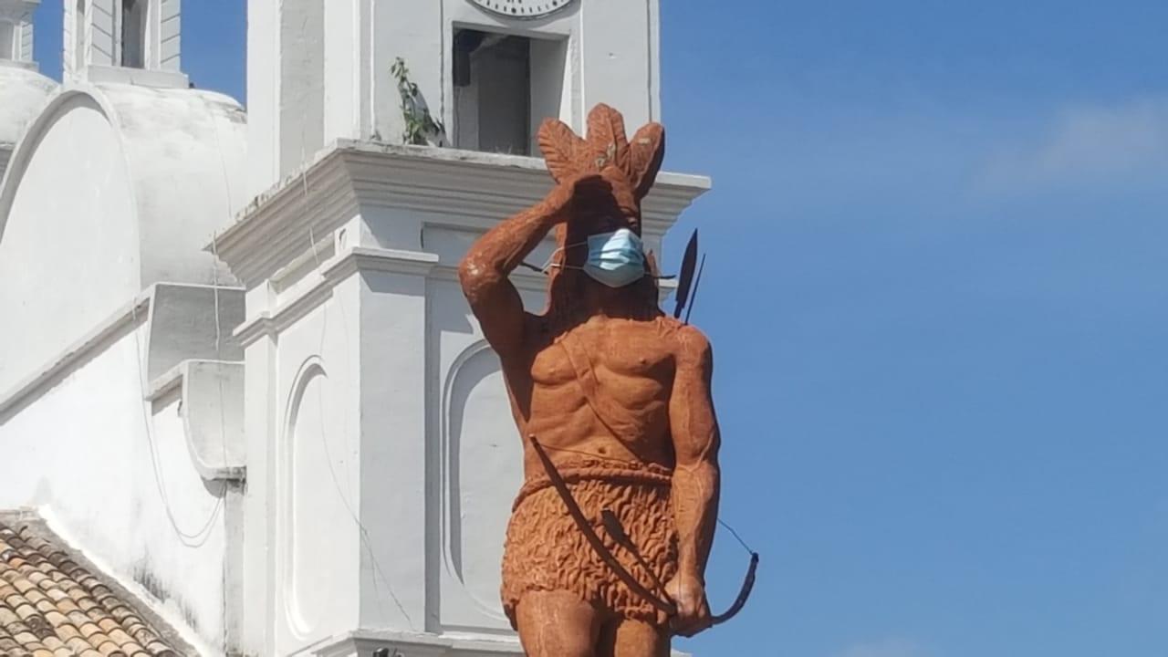 Colocan mascarilla a la estatua del Indio Lempira en el mes de la Identidad Nacional en Honduras