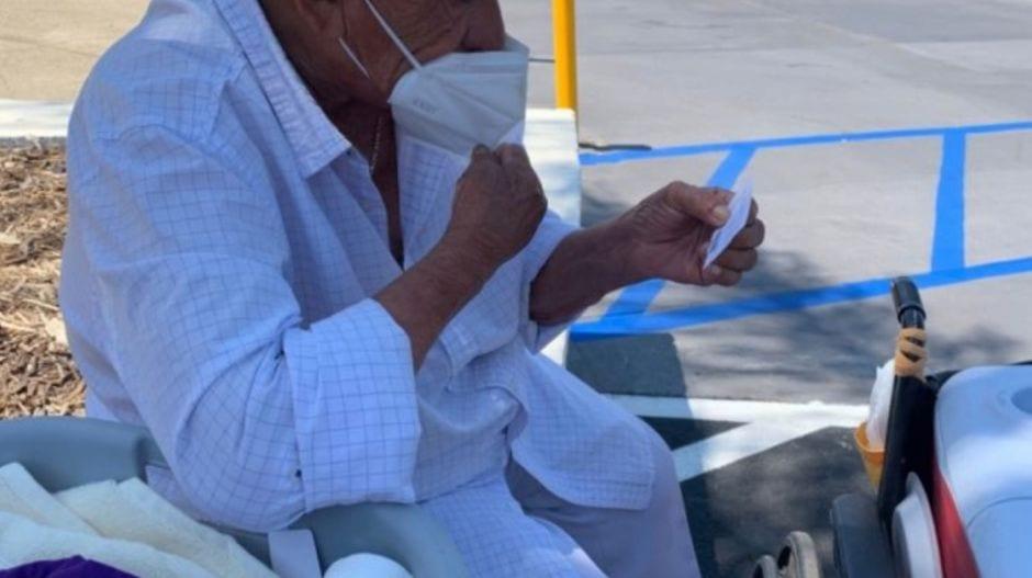 Hispano en silla de ruedas y vendedor de nacatamales de 94 años es beneficiado con $80,000