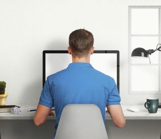 Hombre utilizando computadora