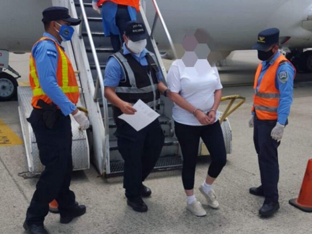 Hondureña retornada de Estados Unidos es arrestada cuando bajaba del avión por tráfico de droga